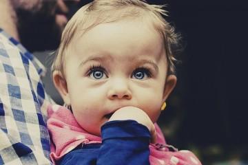 האם תינוקות מבדילים בין טוב לרע?
